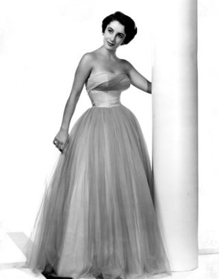 55022d1f05901_-_hbz-elizabeth-taylor-portrait-gown-0311-de